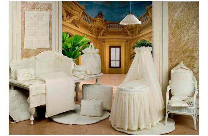 BabyPiu Punto corallo - Мягкая корзинаPunto corallo - Мягкая корзинаРоскошь, красота, изящество - это те слова, которые описывают продукцию итальянской компании Baby Piu    Вышитые ткани из муслина из 100% хлопка и ткани Voile из 100% хлопка.  Использованны вышитые ткани из муслина для одеял и аксессуаров, а также вышитые ткани Voile для колыбелей.  Одеяло украшено двойным кругом из кружева Макраме.  Пододеяльник, вышитый отворот одеяла и постельное белье вышиты из атласа и хлопка.<br>