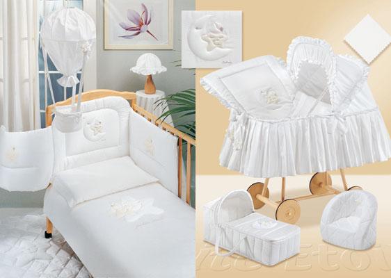 Комплект в кроватку Italbaby Petite Etoile 140х70 (5 предметов)Petite Etoile 140х70 (5 предметов)Коллекция итальянского белья Italbaby Petite Etoile для кроваток 140х70:   нежное бельё из гладкого атласного хлопка  натуральная ткань: 100% хлопок  оригинальная аппликация - месяц, баюкающий звёздочку - очень популярна в Европе  можно стирать в стиральной машине (щадящий режим)  бельё сертифицировано, гипоаллергенно и полностью безопасно   Комплект состоит из: стёганого одеяла 100 х 130 см пододеяльника бампера простыни  наволочки.<br>