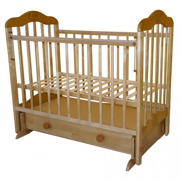 Детская кроватка Ивашка Мой Малыш 03 (маятник поперечный)Мой Малыш 03 (маятник поперечный)Детская кроватка Ивашка Мой Малыш 03 (маятник поперечный)  выполнена из экологичных, гипоаллергенных материалов. Кроватка обладает высоким качеством и комфортом, как для ребенка, так и для родителей. Благодаря современному дизайну и спокойной, мягкой расцветке она впишется в интерьер любой спальни или детской комнаты.  Особенности: Кровать изготовлена из массива березы; Механизм маятника поперечный; Автостенка - боковая стенка съемная; Специальная защитная накладка на бортиках; Есть фиксатор, предотвращающий раскачивание кроватки; Двойной уровень поддона; Днище - реечное; 2 уровня ложа; Ящик на роликовых направляющих с системой блокировки от выпадения; Ящик сверху закрыт фанерой; Спинки и стенки - реечные.<br>
