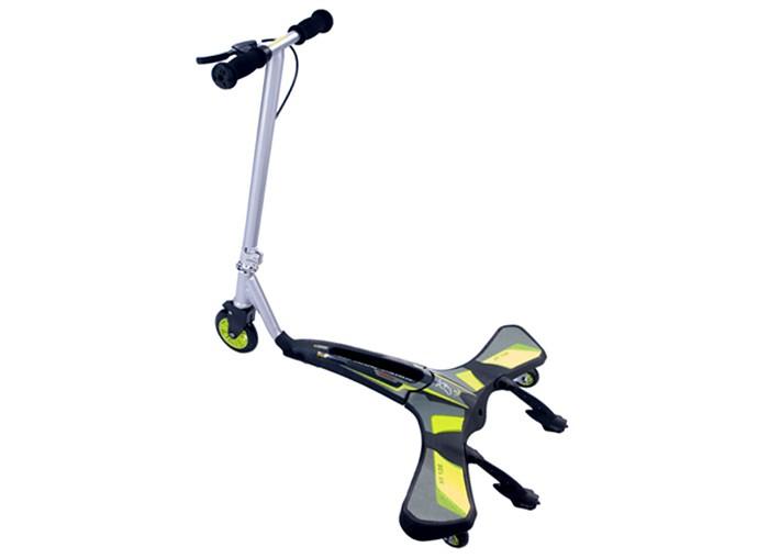 Трехколесный самокат JD Bug XF-136 Cool CarverXF-136 Cool CarverТрехколесный самокат JD Bug XF-136 Cool Carver - это трехколесный гибрид самоката и роллерсерфа. Благодаря уникальной трехколесной конструкции с вращающимся задними колесами можно развивать большую скорость, не отталкиваясь ногами от земли. Для движения на самокате необходимо совершать волнообразные движения ногами и торсом. Уникальная трехколесная конструкция позволяет быстро и интуитивно просто освоить новый метод катания.   Благодаря особенностям техники катания при движении оказываются задействованы все группы мышц. Поэтому этот самокат можно использовать как необычный спортивный тренажер, тренировка на котором превращается в увлекательное путешествие. Ручной тормоз, установленный на руле самоката. Задние колеса вращаются на 360°, что позволяет легко проходить резкие повороты и делать управляемые заносы. Надежная и прочная стальная рама.<br>