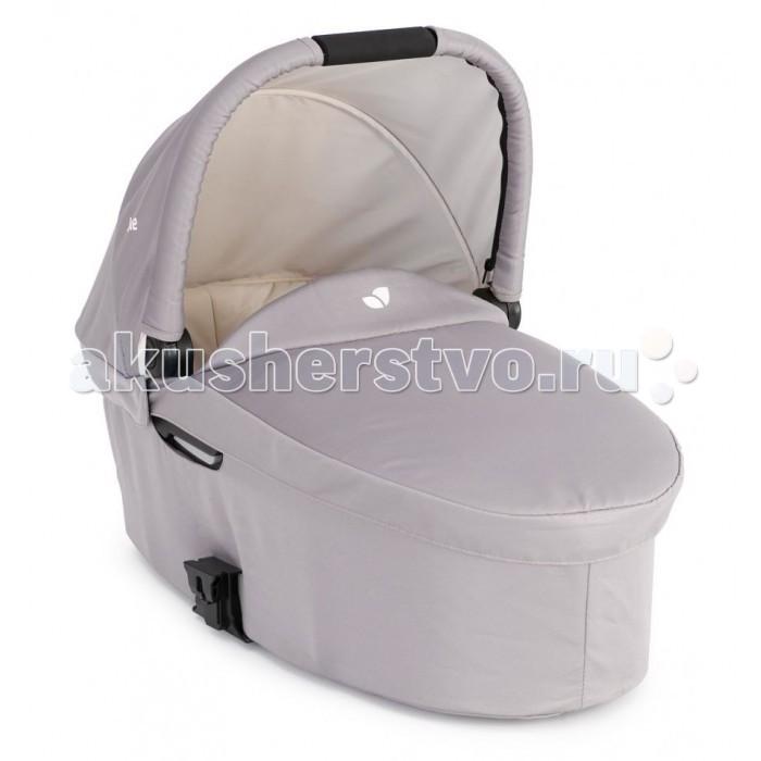 Люлька Joie для новорожденного к коляске Chrome DLX Carry Cotдля новорожденного к коляске Chrome DLX Carry CotЛюлька Joie для новорожденного к коляске Chrome DLX Chrome Carry Cot. Люлька для новорожденного к коляске Chrome DLX.   В холодную погоду защитит малыша от ветра и мороза, а в дождливую станет колыбелькой, домиком и зонтиком сразу! Ткань люльки дышащая, однако не пропускает сырость внутрь, гипоаллергенная и приятная на ощупь.   Особенности: подходит для малышей от рождения до 6 месяцев (весом до 9 кг) откидной капюшон обеспечивает удобный доступ к ребенку мягкая и дышащая ткань и матрасик обеспечат удобство малышу защитный чехол согреет малыша в холодное время года адапторы для установки люльки идут в комплекте с коляской.<br>