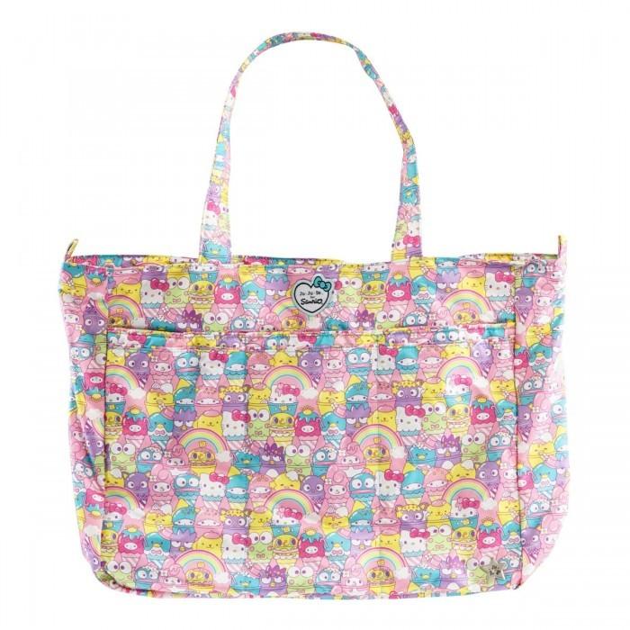 Ju-Ju-Be Сумка для мамы Super Be Hello KittyСумки для мамы<br>Ju-Ju-Be Сумка для мамы Super Be Hello Kitty - легкая, изящная, многофункциональная и вместительная. Такая сумка станет помощником в любой ситуации. Идеальна для поездки на пляж, в самолет, с ребенком в дорогу.   Особенности: Удобное расположение карманов, а также светлая подкладка помогут с легкостью найти нужную вещь Основное отделение застегивается на молнию, а в застегивающийся на кнопку карман сзади легко войдут любые журналы и газеты. Центральный карман для мобильного телефона легко закрывается на молнию. С помощью боковых петель можно прикрепить сумку на коляску (клипсы-крепления для коляски продаются отдельно), а также украсить сумку любым аксессуаром, например сумочкой для пустышки Paci Pod Необходимые для мам вещи, такие как детские бутылочки, легко войдут в три дополнительных кармана спереди Суперлегкую сумку можно стирать в стиральной машине. Она быстро сохнет на открытом воздухе. В сумке Super Be имеются:  Ручки длиной 30 см В основном отделении, которое надежно застегивается на молнию: Два сетчатых кармана Большой карман на молнии Карабин для ключей на длинном ремешке Три дополнительных кармана спереди Два больших кармана для детских бутылочек с питанием или водой Центральный карман для мобильного телефона, который застегивается на молнию Дополнительный задний карман большого размера, который застегивается на кнопку. Идеально подходит для журналов, папок или газет Светлая подкладка, благодаря которой вы с легкостью найдете все, что вам нужно – теперь никаких черных дыр Антимикробное (AgION) покрытие подкладки с ионами серебра, которое предотвращает развитие бактерий и плесени. Предохраняет от неприятных запахов Тефлоновое (TEFLON) грязеотталкивающее покрытие внешней ткани.