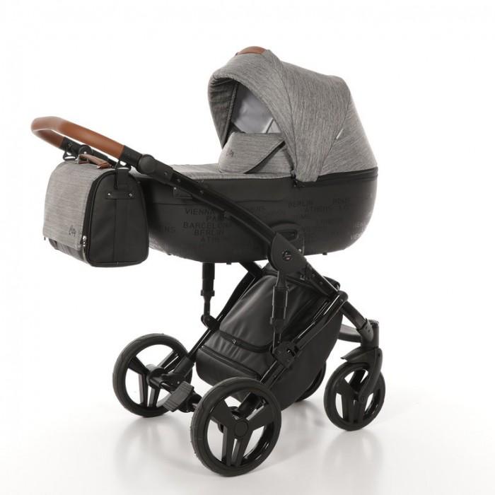 Коляска Junama City 2 в 1City 2 в 1Коляска детская Junama City 2 в 1 - это универсальная и практичная детская коляска.   Особенности:  система крепления сидений MAX-CLICK  система антишок  центральный тормоз   гелиевые колеса   6-ступенчатая система амортизации   регулируемая по высоте ручка из экокожи   система поворотных колес с возможностью блокировки для езды прямо   в варианте с прогулочным блоком спинка регулируется до горизонтального положения   возможность установки люльки и прогулочного блока в обоих направлениях относительно движения  многоступенчатая регулировка капюшона в обеих версиях  регулируемые пятиточечные ремни безопасности с регулировкой по высоте в прогулочном блоке   мягкий матрас в прогулочном варианте   съемная барьерная ручка обшита экокожей    регулируемая подножка из экокожи   вентиляция в варианте с люлькой и в прогулочном варианте  Внешние габариты комплектующих:  Люлька (д x ш x в): 90 x 42 x 62 см Прогулочный блок (д x ш x в): 92 x 44 x 62 см Шасси в сложенном виде: 89 x 60 x 42 см   Комплектация:   алюминиевые шасси c колесами   люлька выполнена из экокожи  и ткани  прогулочный блок выполнен из экокожи  и ткани  сумка с пеленальным матрасиком  чехол на ножки   корзина для покупок   дождевик   подставка-стакан для бутылочки<br>