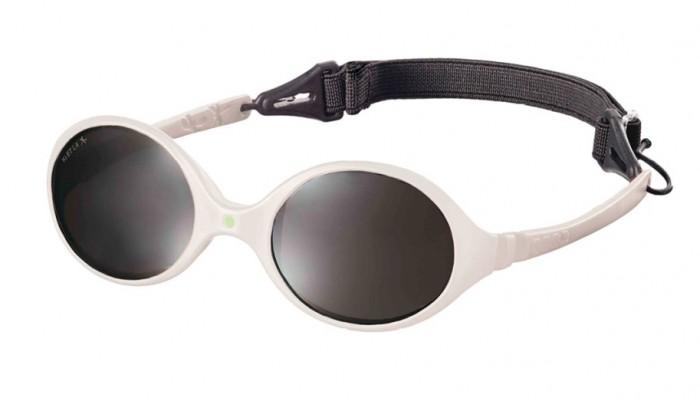 Солнцезащитные очки Ki ET LA Diabola 0-18 месDiabola 0-18 месУникальный продукт на рынке: двухсторонняя оправа двух размеров в одной модели! Гипоаллергенный эластомер без каких-либо креплений и отсоединяющихся частей, обеспечивающий максимальный комфорт. Круглые выпуклые линзы для защиты от ультрафиолетовых лучей. Максимальная защита от царапин, небьющиеся линзы 4 категории защиты (100% UVA, UVB фильтры, BlueBlocke фильтр). Ширина лица  90 мм, ширина линз 32 мм.  Каждые очки комплектуются: • Мешочком из органического хлопка • Съёмной соединительной резинкой • Наклейкой • Инструкцией   Состав: оправа из гипоаллергенного эластомера, линзы из поликарбоната.   Солнцезащитные очки Ki ET LA разработаны во Франции специалистом в области детских солнцезащитных очков. Оправа идеально адаптирована к морфологии лица ребенка. 3 разных стиля и 4 размера для малышей от 0 до 4 лет. Высокое качество и безопасность используемых материалов. Возможность замены линз на диоптрические. Идеальны для слингоношения! Глазки малыша всегда защищены от ярких лучей солнца. Максимально комфортны! Дети любят их носить!!   100% защита 1.Ширина линз более 30 мм, что гарантирует лучшую защиту детских глаз, особенно в тех случаях, когда дети смотрят вверх (а делают они это постоянно) 2.Высшая 4-я степень защиты от УФ-лучей. Очки с такой степенью защиты подходят для горных и морских видов активности 3.Линзы изготовлены из высококачественного поликарбоната. Обладают повышенной устойчивостью к царапинам и ударам   100% безопасность 1.Ударопрочные линзы 2.Отсутствие мелких деталей и болтиков, которые дети могут проглотить 3.Гибкая неломающаяся оправа 4.Отсутствие длинного шнурка   100% комфорт 1.Легкая и мягкая оправа 2.Мягкие тонкие дужки, которые не травмируют ушки ребенка 3.Дети с удовольствием носят солнцезащитные очки Ki ET LA   100% экологичность Оправа подлежит 100% переработке<br>