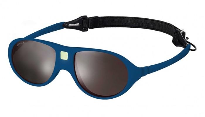 Солнцезащитные очки Ki ET LA Jokala 2-4 годаJokala 2-4 годаМодная оправа, специально разработанная для маленьких бесстрашных ислледователей.  Гипоаллергенный эластомер без каких-либо креплений и отсоединяющихся частей, обеспечивающий максимальный комфорт. Круглые выпуклые линзы для защиты от ультрафиолетовых лучей. Максимальная защита от царапин, небьющиеся стёкла 4 категории защиты (100% UVA и UVB фильтры). Ширина лица 105 мм, ширина линз 35 мм.  Каждые очки комплектуются: • Мешочком из органического хлопка • Съёмной соединительной резинкой • Наклейкой • Инструкцией   Состав: оправа из гипоаллергенного эластомера, линзы из поликарбоната.   Солнцезащитные очки Ki ET LA разработаны во Франции специалистом в области детских солнцезащитных очков. Оправа идеально адаптирована к морфологии лица ребенка. 3 разных стиля и 4 размера для малышей от 0 до 4 лет. Высокое качество и безопасность используемых материалов. Возможность замены линз на диоптрические. Идеальны для слингоношения! Глазки малыша всегда защищены от ярких лучей солнца. Максимально комфортны! Дети любят их носить!!   100% защита 1.Ширина линз более 30 мм, что гарантирует лучшую защиту детских глаз, особенно в тех случаях, когда дети смотрят вверх (а делают они это постоянно) 2.Высшая 4-я степень защиты от УФ-лучей. Очки с такой степенью защиты подходят для горных и морских видов активности 3.Линзы изготовлены из высококачественного поликарбоната. Обладают повышенной устойчивостью к царапинам и ударам   100% безопасность 1.Ударопрочные линзы 2.Отсутствие мелких деталей и болтиков, которые дети могут проглотить 3.Гибкая неломающаяся оправа 4.Отсутствие длинного шнурка   100% комфорт 1.Легкая и мягкая оправа 2.Мягкие тонкие дужки, которые не травмируют ушки ребенка 3.Дети с удовольствием носят солнцезащитные очки Ki ET LA   100% экологичность Оправа подлежит 100% переработке<br>