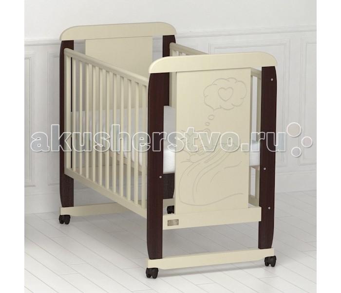 Детская кроватка Kitelli (Kito) Amore качалкаAmore качалкаДетская кроватка Kitelli (Kito) Amore качалка, представитель новой линейки детских кроваток для новорождённых выполненных по итальянскому дизайну. Данная продукция является превосходным образцом европейского качества и изысканного стиля.   Товар сертифицирован и изготовлен на современном оборудовании по итальянской технологии. Продукция выполнена из натурального, цельного, экологически чистого массива березы, вставка рисунка из МДФ, что обеспечивает прочность и долговечность изделия.   Кроватка имеет гипоаллергенное, экологически чистое покрытие, не содержащее токсичных компонентов и абсолютно безопасно для ребенка. Каждый сантиметр поверхности обрабатывается вручную, что придает всему изделию индивидуальный, неповторимый вид. Контроль качества производится непосредственно при сборке каждого элемента конструкции.  Особенности: Два положения регулировки боковой стенки. Возможность снятия боковой стенки и трансформация кроватки в уютный диванчик. Размер спального места 120х60 см. Подматрасник кровати выполнен в виде ортопедической сетки и устанавливается в двух положениях по высоте. Соответствует всем требованиям безопасности: отсутствие заглушек, выступающих углов и неровностей. Защитные силиконовые накладки предохраняют от повреждения зубов. Расстояние между прутьями кроватки рассчитаны так, чтобы  обеспечить малышу максимальную безопасность во время сна и бодрствования. Материал: массив березы. Спинка кровати декорирована резьбой. Кроватка снабжена съемными колесами, что делает ее мобильной и удобной для передвижения<br>