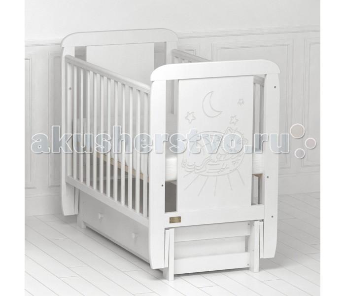 Детская кроватка Kitelli (Kito) Micio продольный маятникMicio продольный маятникДетская кроватка Kitelli (Kito) Micio продольный маятник, представитель новой линейки детских кроваток для новорождённых выполненных по итальянскому дизайну. Данная продукция является превосходным образцом европейского качества и изысканного стиля.   Товар сертифицирован и изготовлен на современном оборудовании по итальянской технологии. Продукция выполнена из натурального, цельного, экологически чистого массива березы, вставка рисунка из МДФ, что обеспечивает прочность и долговечность изделия.   Кроватка имеет гипоаллергенное, экологически чистое покрытие, не содержащее токсичных компонентов и абсолютно безопасно для ребенка. Каждый сантиметр поверхности обрабатывается вручную, что придает всему изделию индивидуальный, неповторимый вид. Контроль качества производится непосредственно при сборке каждого элемента конструкции.  Особенности: Два положения регулировки боковой стенки. Возможность снятия боковой стенки и трансформация кроватки в уютный диванчик. Размер спального места 120х60 см. Подматрасник кровати выполнен в виде ортопедической сетки и устанавливается в двух положениях по высоте. Соответствует всем требованиям безопасности: отсутствие заглушек, выступающих углов и неровностей. Защитные силиконовые накладки предохраняют от повреждения зубов. Функциональный объемный выдвижной ящик на роликовых направляющих. Инновационный механизм продольного качания, обеспечивает до 60 качаний с одного запуска маятника. При необходимости маятник надежно фиксируется в заданном положении. Расстояние между прутьями кроватки рассчитаны так, чтобы  обеспечить малышу максимальную безопасность во время сна и бодрствования. Материал: массив березы. Спинка кровати декорирована резьбой.<br>