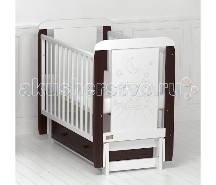 Детская кроватка Kitelli Micio продольный маятникMicio продольный маятникДетская кроватка Kitelli Micio продольный маятник, представитель новой линейки детских кроваток для новорождённых выполненных по итальянскому дизайну. Данная продукция является превосходным образцом европейского качества и изысканного стиля.   Товар сертифицирован и изготовлен на современном оборудовании по итальянской технологии. Продукция выполнена из натурального, цельного, экологически чистого массива березы, вставка рисунка из МДФ, что обеспечивает прочность и долговечность изделия.   Кроватка имеет гипоаллергенное, экологически чистое покрытие, не содержащее токсичных компонентов и абсолютно безопасно для ребенка. Каждый сантиметр поверхности обрабатывается вручную, что придает всему изделию индивидуальный, неповторимый вид. Контроль качества производится непосредственно при сборке каждого элемента конструкции.  Особенности: Два положения регулировки боковой стенки. Возможность снятия боковой стенки и трансформация кроватки в уютный диванчик. Размер спального места 120х60 см. Подматрасник кровати выполнен в виде ортопедической сетки и устанавливается в двух положениях по высоте. Соответствует всем требованиям безопасности: отсутствие заглушек, выступающих углов и неровностей. Защитные силиконовые накладки предохраняют от повреждения зубов. Функциональный объемный выдвижной ящик на роликовых направляющих. Инновационный механизм продольного качания, обеспечивает до 60 качаний с одного запуска маятника. При необходимости маятник надежно фиксируется в заданном положении. Расстояние между прутьями кроватки рассчитаны так, чтобы  обеспечить малышу максимальную безопасность во время сна и бодрствования. Материал: массив березы. Спинка кровати декорирована резьбой.<br>