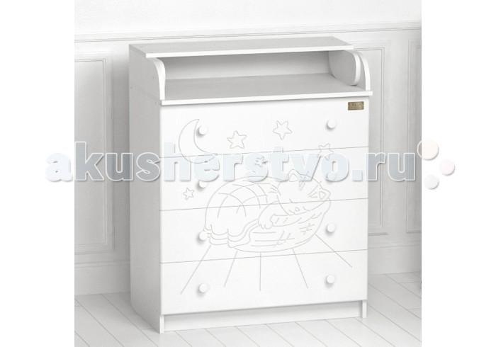 Комод Kitelli (Kito) Micio пеленальный (4 ящика)Micio пеленальный (4 ящика)Комод Kitelli (Kito) Micio пеленальный (4 ящика), выполненный в элегантном стиле и разработан итальянскими дизайнерами. Модель изготовлена из высококачественных материалов, отличается прочностью, устойчивостью и многофункциональностью. Компактный и эргономичный дизайн пеленального комода разработан с учетом потребностей мамы и ее малыша.   Товар сертифицирован и изготовлен на современном оборудовании по итальянской технологии. Выполнен из качественных гипоаллергенных материалов ЛДСП, рисунок из МДФ и покрыт нетоксичными, безопасными для ребенка лаками и красками. Каждый сантиметр поверхности обрабатывается вручную, что придает всему изделию индивидуальный, неповторимый характер. Контроль качества производится непосредственно при сборке каждого элемента конструкции.  Особенности: Удобная откидная столешница, легко превращается в просторный пеленальный столик. 4 вместительных ящика на роликовых направляющих, оснащены ограничителями хода. Устойчив и безопасен даже при выдвинутых ящиках. Эргономические ручки. Соответствует всем требованиям безопасности: отсутствие заглушек, авто-доводов, выступающих углов и неровностей. Материал: ЛДСП, рисунок из МДФ. Передняя стенка комода декорирована резным рисунком. Съемная пеленальная доска. Размер комода: 77х46х97 см.<br>