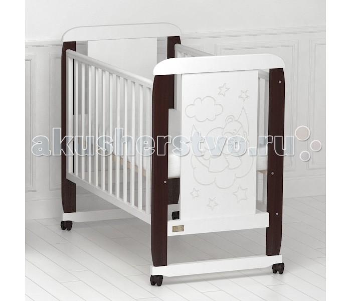 Детская кроватка Kitelli Orsetto качалкаOrsetto качалкаДетская кроватка Kitelli Orsetto качалка, представитель новой линейки детских кроваток для новорождённых выполненных по итальянскому дизайну. Данная продукция является превосходным образцом европейского качества и изысканного стиля.   Товар сертифицирован и изготовлен на современном оборудовании по итальянской технологии. Продукция выполнена из натурального, цельного, экологически чистого массива березы, вставка рисунка из МДФ, что обеспечивает прочность и долговечность изделия.   Кроватка имеет гипоаллергенное, экологически чистое покрытие, не содержащее токсичных компонентов и абсолютно безопасно для ребенка. Каждый сантиметр поверхности обрабатывается вручную, что придает всему изделию индивидуальный, неповторимый вид. Контроль качества производится непосредственно при сборке каждого элемента конструкции.  Особенности: Два положения регулировки боковой стенки. Возможность снятия боковой стенки и трансформация кроватки в уютный диванчик. Размер спального места 120х60 см. Подматрасник кровати выполнен в виде ортопедической сетки и устанавливается в двух положениях по высоте. Соответствует всем требованиям безопасности: отсутствие заглушек, выступающих углов и неровностей. Защитные силиконовые накладки предохраняют от повреждения зубов. Расстояние между прутьями кроватки рассчитаны так, чтобы  обеспечить малышу максимальную безопасность во время сна и бодрствования. Материал: массив березы. Спинка кровати декорирована резьбой. Кроватка снабжена съемными колесами, что делает ее мобильной и удобной для передвижения<br>