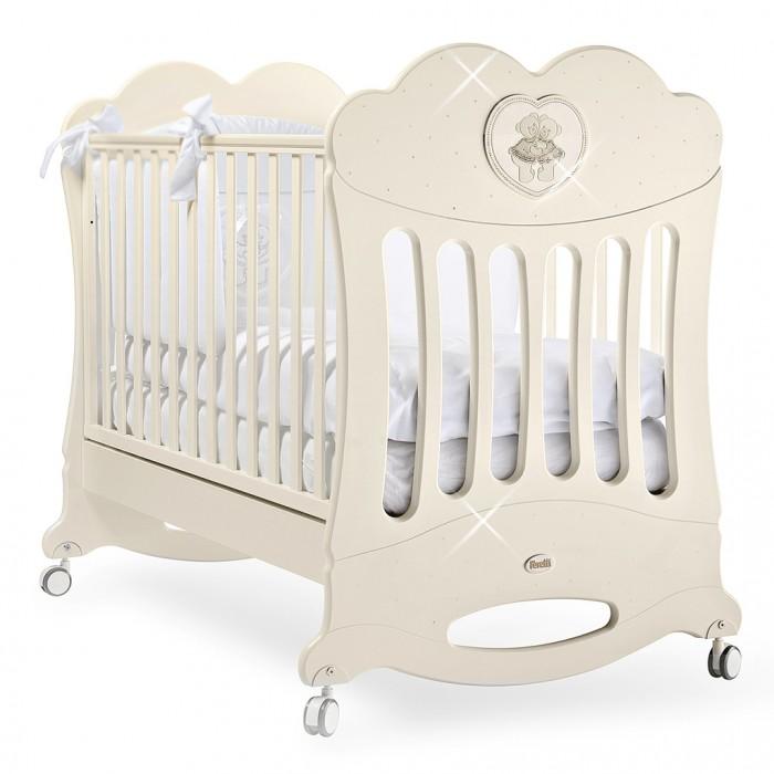 Детская кроватка Feretti Chaton качалкаChaton качалкаДетская кроватка Feretti Chaton качалка рекомендована для детей с рождения.  Красивый и оригинальный дизайн порадует Вас и вашего малыша. Боковые ограждения кроватки украшены сердечком в котором изображены два медвежонка со стразами. Кроватка изготовлена из массива бука.  При изготовлении используются только натуральные и нетоксичные лаки, краски и клеи Клеи, краски и лаки используются только натуральные и нетоксичные.  Особенности: Ортопедическая сетка, рейки обеспечивают надежное крепление матрас Два уровня положения дна Две регулирующийся стенки Механизм регулировки борта одной рукой Бортики снабжены силиконовыми накладками Выдвижной ящик для постельного белья или игрушек Съёмные, самоцентрирующиеся колеса, снабжены 2 тормозами Украшена аппликацией Колёса съёмные, самоцентрирующиеся колеса, снабжены 2 тормозами (полозья для качания)<br>