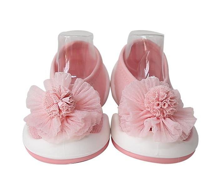 Komuello Ботиночки-носочки Flat Pom Pom FlowerДомашняя обувь<br>Komuello Ботиночки-носочки Flat pink   Детские пинетки Komuello с уникальной подошвой из термопластичного эластомера, не токсичного материала, который также используется для прорезывателей зубов. Носочки-ботиночки весят всего 28 г, изготовлены без использования клея и полностью безопасны.   Запатентованная технология Double Injection позволяет нежной коже малыша свободно дышать. Внутри нежнейший носочек без швов и неровностей из хлопковых волокон с небольшим добавлением эластана.   Мысок широкий, пальчики свободны и двигаются, но в то же время, эта обувь защищает стопу малыша от ударов о препятствия. Подросшие дети могут сами легко их снимать и надевать.   Специальный рельеф подошвы подходит для любых поверхностей: паркет, ламинат, плитка, ковровые покрытия, песок, камушки, трава. А значит, это бассейн, пляж, детский сад, детская игровая зона в торговом центре, на природе в теплое и сухое время года.   Состав:   хлопок, подошва - каучук Уход: Komuello стираются в стиральной машине при 30 градусах.