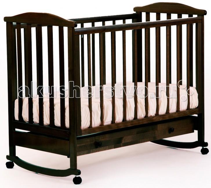 Детская кроватка Кубаньлесстрой АБ 15.1 Лютик качалка с ящикомАБ 15.1 Лютик качалка с ящикомДетская кроватка Кубаньлесстрой АБ 15.1 Лютик качалка с ящиком - простая и функциональная. Конструкция кроватки выполнена из натурального дерева - массива бука. Древесина бука - идеальный материал для детской мебели, экологически чистый, не боящийся влаги и долговечный, а на покрытие идут только нетоксичные краски и лаки. К тому же природный цвет дерева оказывает благотворное, успокаивающее воздействие на человеческую психику, вызывая чувство уюта и комфорта. Малышам в первые месяцы жизни безусловно придется по нраву такая особенность кроватки, как качалка.   3 уровней дна 3 уровня опускающейся передней стенки съемная передняя стенка три вынимающиеся рейки защитные накладки самоориентирующиеся колеса без фиксатора (съемные)  отсутствуют острые углы  древесина обработана экологически чистым лаком  габаритные размеры в собранном виде (мм) (ДхШхВ): 1250 х 720 х 1080 размер спального места(мм): 1200 х 600 вес в упаковке: 24.9 кг габаритные размеры упаковки: 1250 х 740 х 140 размер ящика: 1055 х 430 х 165   В расцветке слоновая кость цвет ложа может быть белым (зависит от поставки).  Кроватка с 3-мя съёмными рейками на передней стенке<br>