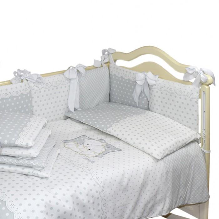 Комплект в кроватку Labeille Dolce (6 предметов)Комплекты в кроватку<br>Labeille Комплект в кроватку Dolce (6 предметов) выполнен из натурального и гипоаллергенного материала, мягкого и приятного на ощупь.    Постельное белье не требует особого ухода, долго сохраняет первоначальный внешний вид. Швы выполнены особым образом, что помогает избежать дискомфорта малыша.    Комплектация: Наволочка 60 х 40 см Подушка 60 х 40 см Пододеяльник на молнии 145 х 98 см Одеяло 142 х 96 см Простынь на резинке 145 х 98 см Борт 360 х 40 см Ткань бязь (хлопок 100%), наполнитель: холлкон 400 г  Чехлы на бортиках несъемные!