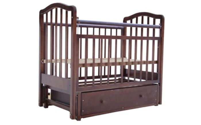 Детская кроватка Лаура 2 маятник продольный2 маятник продольныйДетская кроватка Лаура 2 маятник продольный имеет стандартные компактные размеры. Производитель оснастил эту модель механизмом маятникового укачивания, что очень актуально для первых месяцев жизни Вашего малыша. Наличие фиксатора позволит избежать самопроизвольного раскачивания кроватки.   Кроватка детская Лаура-2 позволяет выбрать наиболее подходящее для детей и родителей положение ложа. Мамы оценят наличие объемного выдвижного ящика для детских вещей. Когда кроха подрастет, достаточно снять передний бортик, и кроватка превратится в уютный диванчик.  Особенности: легка и компактна при транспортировке скругленные углы материал: массив березы покрытие: гипоаллергенные лаки может трансформироваться в диванчик два уровня ложа дно ортопедическое реечное выдвижной закрытый ящик снабжена маятниковым механизмом продольного качания с фиксатором<br>