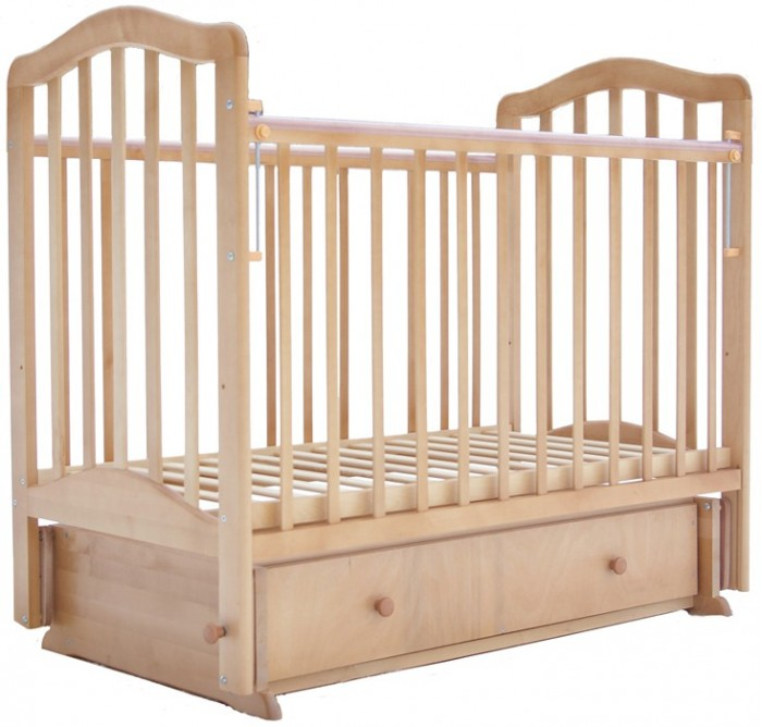 Детская кроватка Лаура 5 с ящиком маятник поперечный5 с ящиком маятник поперечныйДетская кроватка Лаура 5 с ящиком маятник поперечный имеет компактные размеры и проста в сборке. Приятно удивит мам большой объем выдвижного ящика. Здесь поместятся и детское белье, и детские вещи. Вам не понадобится покупать и устанавливать дополнительный комод, а это – экономия и средств и драгоценного пространства.   Реечное ложе кроватки детской Лаура-5 соответствует всем требованиям безопасности и комфортно для детского позвоночника. Эта модель оснащена поперечным маятниковым механизмом, что дает ей эффект колыбельки-качалки.  Особенности: легка и компактна при транспортировке скругленные углы покрытие: гипоаллергенные лаки может трансформироваться в диванчик два уровня ложа дно ортопедическое реечное выдвижной закрытый ящик материал: массив березы снабжена маятниковым механизмом поперечного качания с фиксатором. Внешние размеры кроватки: 125 х 70 х 110 см Размер упаковки: 79х 16 х 120 см<br>