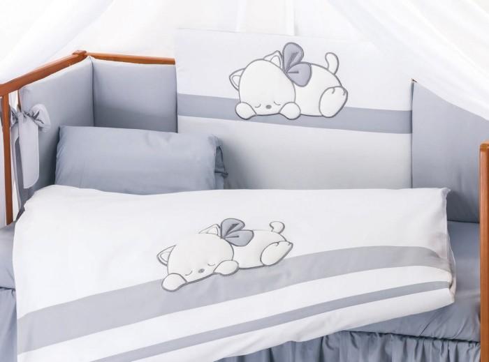 Комплект в кроватку Lepre Dreamland (6 предмета)Dreamland (6 предмета)Комплект в кроватку Lepre Dreamland (6 предмета) изготовлено по стандартам имеет европейский сертификат и изготовлено из натурального гипоаллергенного сырья, что довольно значимо для чувствительной кожи ребенка.  Итальянский дизайн торговой марки Lepre создает нежную атмосферу отдыха и мягкого уюта для малыша. Комплекты Lepre идеально вписываются в интерьер детской комнаты и спальни родителей. Ассортимент цветовых решений позволяет подобрать комплект постельного белья, как для девочки, так и для мальчика.  Lepre постельное белье Sweet Bears – это экологически чистое постельное белье для новорожденных, произведенное из 100%-го длинноворсового хлопка, обработанного с учётом жестких европейских норм в Польше. Изготовлен по стандартам Confidence in Textiles, имеет европейский сертификат. Приятные глазу цветовые сочетания помогают адаптации ребенка в новом для него мире, а декорирование дружными забавными медвежатами способствует расслаблению и сладким снам малыша.  Простыня на резинке обеспечит идеальную посадку на матрас и не позволит складкам воздействовать на кожу ребенка. Данный вид простыни изначально был создан для маленьких детей, которые очень любят двигаться во сне, и могут запутаться в обычной простынке. Простыня на резинке надёжно фиксируется на матрасе, не сминается и не комкается. Резинка хорошо удержит текстиль на поверхности матраса, и его не придется постоянно поправлять.  В комплекте: Одеяло - 100х135 см Пододеяльник - 100х135 см Наволочка – 40х60 см Подушка – 40х60 см Простынь на резинке подходит для матрасов 125х65 см  Защитное ограждение на всю кроватку на молнии, с широкими завязками –  высота 40 см  Наполнитель натуральное волокно Trevira Bioaktiv обладает биоактивными свойствами с покрытием обогащенным бактериостатическим веществом из алоэ вера.<br>