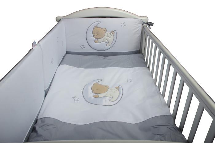 Комплект в кроватку Lepre Amore (6 предметов)Amore (6 предметов)Комплект в кроватку Lepre Amore (6 предметов) изготовлен по стандартам имеет европейский сертификат и изготовлен из натурального гипоаллергенного сырья, что довольно значимо для чувствительной кожи ребенка.   Итальянский дизайн торговой марки  Lepre создает нежную атмосферу отдыха и мягкого уюта для малыша. Комплекты Lepre идеально вписываются в интерьер детской комнаты и спальни родителей. Ассортимент цветовых решений позволяет подобрать комплект постельного белья, как для девочки, так и для мальчика.  Lepre комплект в кроватку из 6 предметов Amore – это экологически чистое постельное белье для новорожденных, произведенное из 100%-го длинноворсового хлопка, обработанного с учётом жестких европейский норм в Польше. Изготовлен по стандартам CONFIDENCE IN TEXTILES, имеет европейский сертификат. Приятные глазу цветовые сочетания помогают адаптации ребенка в новом для него мире, а декорирование забавным медвежонком, мило уснувшем на полумесяце, способствует расслаблению и сладким снам малыша.  Мягкий борт создает индивидуальную зону комфорта и делает сон Вашего малыша безопасным: защищает от сквозняков,  задерживает шум, оберегает от возможных ударов о бортики кроватки.   Борт состоит из двух независимых частей, что позволяет отстегивать фронтальную секцию для визуального контакта. Можно закрепить борт по всему периметру кроватки или только в изголовье. Для подросшего малыша возможен вариант диванчика.  Крепится удобными широкими лентами-завязочками.   Чехлы борта съёмные - на молнии.  Высота 40 см  по всему периметру.  Простынь на резинке обеспечит идеальную посадку на матрас и не позволит складкам воздействовать на кожу ребенка. Данный вид простыни изначально был создан для маленьких детей, которые очень любят двигаться во сне, и могут запутаться в обычной простынке. Простыня на резинке надёжно фиксируется на матрасе, не сминается и не комкается. Резинка хорошо удержит текстиль на поверхности матраса, и е