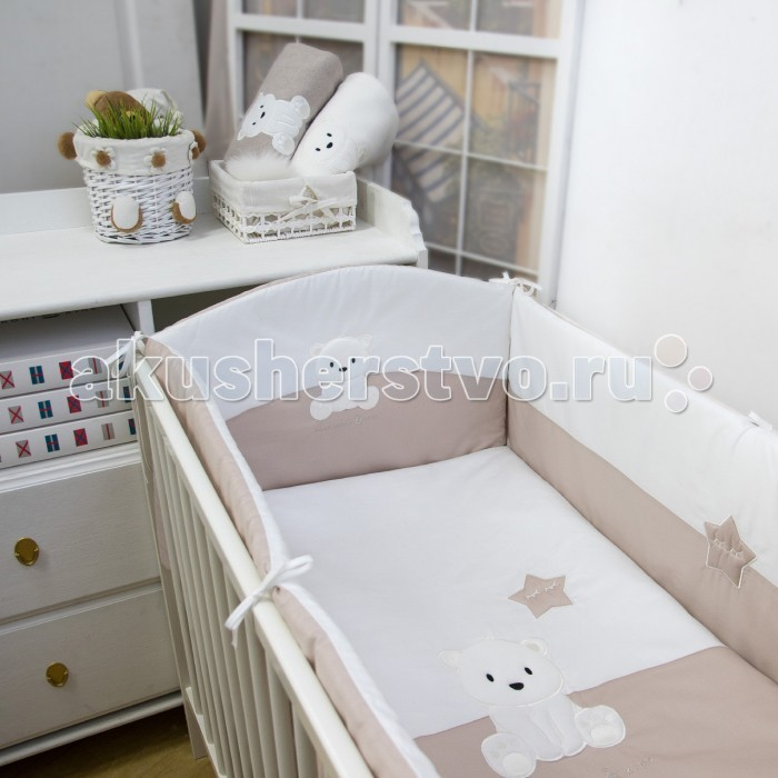 Комплект в кроватку Makkaroni Kids Полярный мишка (6 предметов) 120х60 смПолярный мишка (6 предметов) 120х60 смMakkaroni Kids Комплект в кроватку Полярный мишка 120х60 см борт по всему периметру кроватки, со съемными чехлами, состоит из четырех частей, высота по периметру - 40 см, изголовье – 45 см.  Наполнитель борта – Hollcon, он совершенно не боится влаги, что говорит о его лучших гигиенических качествах. И - самое главное – в постельных принадлежностях из холлофайбера не заводятся клещи и прочая нежелательная живность.   Бортик от Makkaroni Kids прекрасно защитит вашего малыша от сквозняков пока он маленький, а когда ребенок подрастет и начнет самостоятельно вставать, предотвратит от возможных ушибов.  Большим преимуществом борта является съемные чехлы. Вы сможете его постирать и при этом не деформировать.   Верхняя ткань одеяла и подушки – 100% хлопок, наполнитель – бамбуковое волокно - обладает натуральными антимикробными свойствами, не вызывает никаких раздражений на коже человека, идеально подходит детям. Волокно из бамбука создаёт комфорт и обеспечивает здоровым и спокойным сном, регулирует температуру тела, обладает влагопоглощением, замечательной вентилирующей способностью.  Размер одеяла позволяет продлить его использование до 5 лет.  Высота подушки, входящей в комплект - 2 см – оптимальная для головы новорожденного согласно современным исследованиям. Все постельные принадлежности в комплекте изготовлены из натурального сатина. Вы по достоинству оцените высокую износостойкость, надежность и долговечность этого текстильного материала. Сатин – полностью натуральный и экологически безопасный материал, прекрасно подходящий для комплектов постельного белья новорождённым детям. Простыню на резинке легко одеть на матрас без лишних складок.                                                                                                                                                   Комплект из 6 предметов: Борт по всему периметру кроватки (съемные чехлы) 120 х