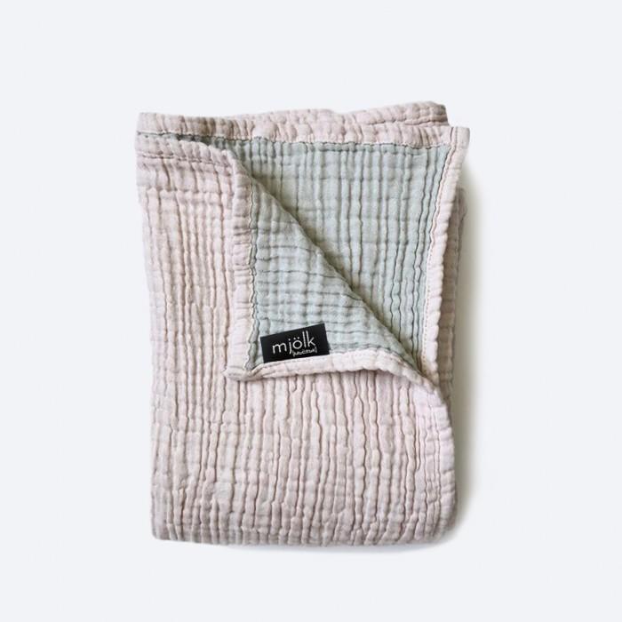 Одеяло MamaPapa двустороннее муслиновое Пыльный 120х100Одеяла<br>Одеяло MamaPapa двустороннее муслиновое Пыльный 120х100 для сна в кроватке, коляске, автокресле. Изготовлено из четырёх слоев 100% муслинового хлопка премиум качества. Одеялко невероятно мягкое, с каждой стиркой становится нежнее и мягче, подходит для выписки новорожденного и до 3-х лет. Бережно упаковано в фатиновый мешочек!  Характеристики: 100% муслиновый хлопок ручная работа современные расцветки безупречное качество произведено в России Уход: машинная стирка в холодной/теплой воде до 40 градусов деликатный отжим разрешено использование пятновыводителя без хлора