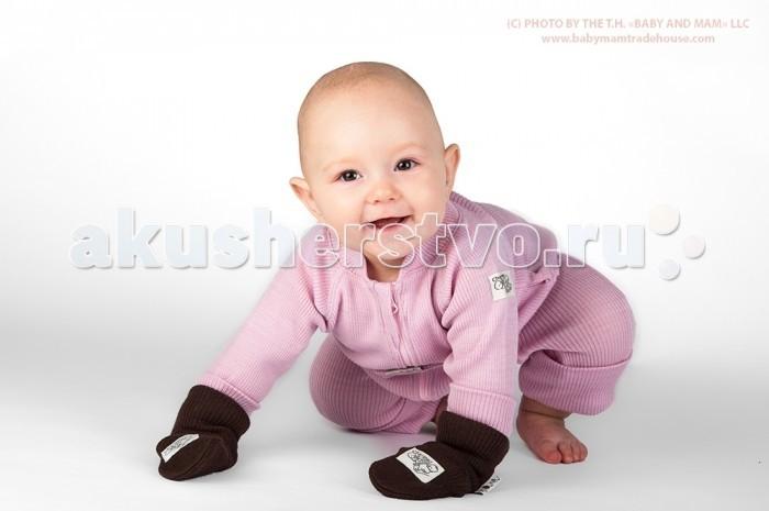 ManyMonths Термокомбинезон детскийТермокомбинезон детскийManyMonths Термокомбинезон детский 3-12/18 мес.  Термокомбинезон ManyMonths - универсальная одежда для малыша на все случаи. Термокомбинезон рассчитан на долгое время и имеет хороший запас по росту малыша благодаря высоким манжетам на руках и ногах и переставляемому ремешку. Также манжеты прекрасно удерживаются на руках и ногах, защищая от холода как во время сна на улице, так и при активных занятиях. Длинная молния позволяет легко одеть и раздеть даже спящего малыша.  Изготовленный из 100% шерсти мериноса, термокомбинезон защищает малыша от колебаний температуры и подходит для любого сезона.  Шерсть мериноса имеет множество достоинств. Одно из уникальных свойств шерсти мериноса заключается в ее эластичности. Одежда из этого материала комфортно облегает фигуру, при этом не растягивается и не отвисает. Одежда из шерсти мериноса буквально «растет» вместе с ребенком. После стирки шерсть не скатывается и не садится, а также полностью восстанавливает свою форму и свойства. В одежде из шерсти мериноса сложно вспотеть, но даже если ребенок вспотел, шерсть тут же вступит в работу и впитает в себя излишнюю влагу, оставаясь при этом сухой и теплой. Одежда из 100% шерсти мериноса с невымытым ланолином финской торговой марки Babyidea очень тонкая и легкая.   Шерсть мериноса не раздражает кожу: обработанная натуральным способом без химических реагентов, она сохраняет свои первоначальные качества и содержит ланолин (шерстяной воск), который является природным антисептиком. По своим свойствам ланолин близок к кожному салу человека. Ценнейшим свойством ланолина является его способность эмульгировать (связывать) до 180-200% от собственной массы, благодаря чему шерсть мериноса отличается высокой гигроскопичностью, она способна впитывать до 39% влаги от своего объема, не будучи мокрой на ощупь.  Ланолин легко проникает через кожу и способствует снятию напряжения мышц, что необходимо для крепкого и здорового сна ребенка.  Уход. Ш