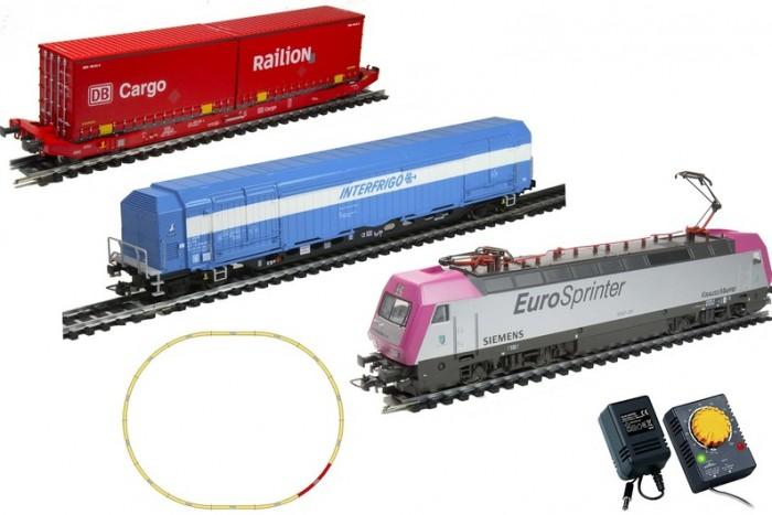 Mehano Электровоз с вагонами PrestigeЖелезные дороги<br>Mehano Электровоз с вагонами Prestige  - это миниатюрная копия электровоза и вагонов, которые существует в реальности. Множество тщательно проработанных деталей экстерьера локомотива и вагонов придают им солидность и подчеркивают важность миссии. При желании железнодорожное полотно можно увеличить, ведь все элементы железных дорог «Mehano» совместимы друг с другом, так что юный машинист сможет прокладывать различные маршруты, строить новые станции и придумывать неповторимый, свой собственный уникальный ландшафт.   Рельсы и колеса паровозов изготовлены из металла.  Особенности:  полный привод, ведущие обе оси (передняя и задняя) в зависимости от направления движения горит свет (белый спереди, красные габаритные огни сзади и наоборот)  металлический пантограф (рабочий) возможность изменения скорости движения работает от электрической сети через адаптер – 220 вольт масштаб 1:87  В комплекте:  1 локомотив Siemens, 1 вагон рефрижиратор, 1 вагон платформа с 2-мя контейнерами 11 радиальных рельс 1 рельса контактер 2 прямые рельсы блок питания + контроллер Размер собранного железнодорожного полотна: 117,5 см х 95,5 см;  ширина колеи: 16,5 мм