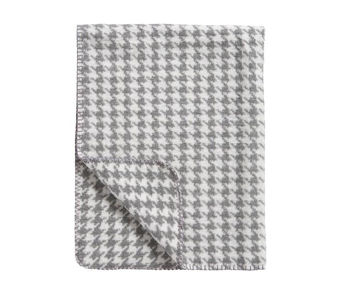 Плед Meyco Пье-де-Пюль 120х150Пье-де-Пюль 120х150Торговая марка Meyco, основанная в Германии 1959 году, имеет более чем полувековую историю и надежно зарекомендовала себя на рынке детских покрывал из натуральных материалов.  Детские пледы Meyco, выполненные из 100 % хлопка, отличаются высоким качеством, стильным дизайном, экологичностью и безопасностью, а так же длительным сроком службы.  Пледы Meyco производятся в Германии и имеют международный сертификат: Oeko-Tex Standard 100 (класс 1, специально для детей).  Коллекция пледов Meyco идеально подходит для тех, кто ценит высокое качество, инновационный дизайн при хорошем соотношении с ценой.  Мягкий, пушистый детский плед высокого качества из 100% хлопка.  Цвета - Ментол, Серый.  Характеристики: Изготовлен в Германии Выполнен из сертифицированных хлопчатобумажных нитей Воздухопроницаемый, отсутствует риск перегрева Не содержит токсичных красителей Идеально подходит для молодой и чувствительной кожи Машинная стирка при 40°C Состав - 100% хлопок  Рекомендации по уходу: Машинная стирка при 40°C. Вынув плед из стиральной машины, рекомендуется сразу же разложить его на сушилке. Можно высушить в сушильной машине. Не оставлять в мокром виде в закрытой машине.<br>