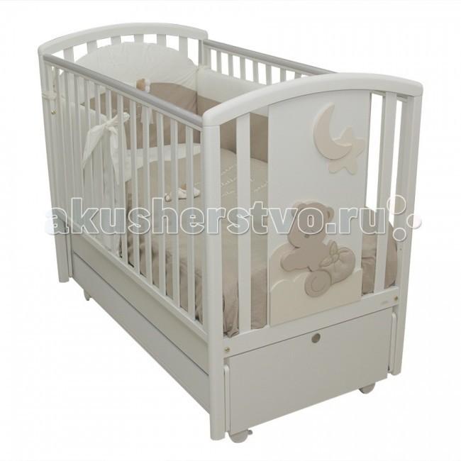 Детская кроватка MIBB Babi продольный маятникBabi продольный маятникДетская кроватка MIBB Babi продольный маятник - подходит для новорожденных детей. Кровать позволит малышу чувствовать себя максимально комфортно во время сна. За счет современного дизайна она идеально подойдет для детской и позволит сделать стилистический акцент.   Аппликации в виде медвежат служат отличным украшением кроватки. Передняя стенка опускается и обеспечивает максимально легкий доступ к малышу. Два положения ложа позволят подстраивать кроватку под возраст ребенка. Рейки боковин имеют оптимальное расстояние, безопасное для малыша. Бортики оснащены силиконовыми накладками, которые уберегут ребенка от травм. Большой ящик внизу кроватки позволит хранить детские вещи. А роликовые колеса обеспечат легкое перемещение кроватки по квартире.   Особенности: материал - массив бука ящик - МДФ краски, лаки, клей - нетоксичные, влагоустойчивые продольный маятниковый механизм качания опускающаяся боковая стенка вместительный ящик для постельного белья или игрушек 4 роликовых колеса со стояночным тормозом аппликация в виде мишек спальное место регулируется в 2-х положениях, в зависимости от возраста ребенка безопасное для ребенка расстояние между вертикальными планками боковушек и спинки<br>