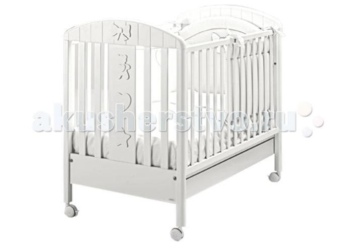 Детская кроватка MIBB BlancheBlancheДетская кроватка MIBB Blanche  Детская кроватка Mibb Blanche - это изящная и функциональная кроватка для детей с рождения и до 3-х лет. Кроватка выполнена в современном стиле из безопасных нетоксичных материалов по европейским стандартам качества.  Чистый и непринужденный белый цвет идеально вписывается в дизайн детской комнаты. Рейки боковин находятся на безопасном для малыша расстоянии. Ложе устанавливается в 2-ух положениях по высоте в зависимости от возраста ребенка.  Передняя боковина опускается для удобства укладывания ребенка. Просторный ящик внизу кроватки подходит для хранения постельных принадлежностей или игрушек.  Четыре прорезиненных колеса делают кроватку маневренной и не царапают напольное покрытие. На двух колесах имеются тормозные фиксаторы.  Кроватка Mibb Blanche подарит Вашему малышу безопасный и комфортный сон.  Характеристики: от рождения до 3-х лет опускающаяся боковая стенка вместительный ящик для постельного белья или игрушек 4 роликовых колеса со стояночным тормозом 2 уровня ложа<br>