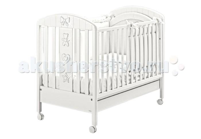 Детская кроватка MIBB LumiereLumiereДетская кроватка MIBB Lumiere  Детская кроватка Mibb Lumiere - это изящная и функциональная кроватка для детей с рождения и до 3-х лет. Кроватка выполнена в современном стиле из безопасных нетоксичных материалов по европейским стандартам качества.  Чистый и непринужденный белый цвет идеально вписывается в дизайн детской комнаты. Украшения в виде аппликаций с кристаллами Swarovski, придают кроватке уникальный шарм и изысканный блеск.  Рейки боковин находятся на безопасном для малыша расстоянии. Ложе устанавливается в 2-ух положениях по высоте в зависимости от возраста ребенка. Передняя боковина опускается для удобства укладывания ребенка.  Просторный ящик внизу кроватки подходит для хранения постельных принадлежностей или игрушек.  Четыре прорезиненных колеса делают кроватку маневренной и не царапают напольное покрытие. На двух колесах имеются тормозные фиксаторы. Кроватка Mibb Blanche Lumiere подарит Вашему малышу безопасный и комфортный сон.  Характеристики: от рождения до 3-х лет опускающаяся боковая стенка вместительный ящик для постельного белья или игрушек 4 роликовых колеса со стояночным тормозом аппликации с кристаллами Swarovski 2 уровня ложа  Материалы: массив бука ящик из МДФ краски, лаки, клей (нетоксичные, безвредные) устойчивые к воздействию влаги.<br>