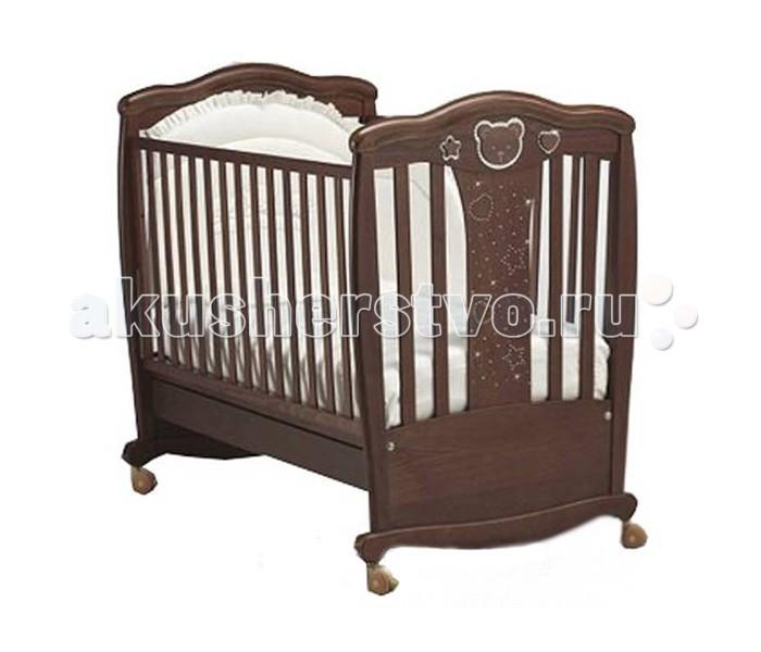Детская кроватка MIBB MagicMagicДетская кроватка MIBB Magic   Уже около полувека итальянская компания Mibb производит качественную детскую мебель. Все кроватки изготовлены со скрупулезной тщательностью и любовью к каждой детали.  Детская кроватка Mibb Magic выполнена из массива бука. Благодаря применению этого экологически чистого и прочного материала изделие сохранит первозданный вид и прослужит не одно десятилетие.  Все детали кроватки имеют идеально отполированные поверхности, тщательно обработанные нетоксичными лаками и красками.  Высококачественное латексное покрытие, которое обладает защитными и декоративными свойствами, устойчиво к внешним воздействиям. Лакокрасочныематериалы, не вызывающие аллергические реакции, безопасны для здоровья вашего ребенка.  Mibb Magic не имеет острых углов, что значительно повышает безопасность эксплуатации кровати. Больше никаких ушибов и ссадин!  Детская кроватка оснащена дугами-полозьями для раскачивания и четырьмя прорезиненными колесами на ножках. Соединяющее их дугообразное основание позволяет родителям убаюкивать малыша, не прилагая особых усилий.  Благодаря вращающимся колесам, два из которых имеют фиксатор, кроватку можно перемещать по комнате. В свою очередь, фиксирующий механизм позволяет Mibb Magic оставаться неподвижной.  Ложе кровати не регулируется по высоте. Mibb Magic спроектирована таким образом, что переднюю стенку можно опустить.  Кроватка оборудована вместительным выдвижным ящиком с двумя отделениями для хранения белья и предметов, необходимых в процессе ухода за малышом.  Доводчик, установленный в ящике, легко и бесшумно перемещается по шариковым направляющим.  Детская кроватка Mibb Magic украшена аппликациями в форме сердечек, звездочек и мордочки медвежонка, которые инкрустированы кристаллами Swarovski. Декоративные элементы подчеркивают безупречность и роскошь дизайна.<br>