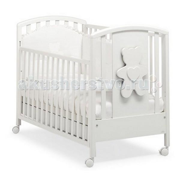 Детская кроватка MIBB New SoftNew SoftДетская кроватка MIBB New Soft   Детская мебель известной итальянской компании Mibb покорит Вас своим изящным внешним видом и высоким качеством сборки. Детская кроватка Mibb выполнена из массива бука.  Благодаря применению этого экологически чистого и прочного материала изделие сохранит первозданный вид и прослужит не одно десятилетие. Все детали кроватки имеют идеально отполированные поверхности. Они обработаны нетоксичными лаками и красками. Высококачественное покрытие, которое обладает защитными и декоративными свойствами, устойчиво к внешним воздействиям.  Лакокрасочные материалы, не вызывающие аллергические реакции, безопасны для здоровья вашего ребенка. Глянцевое покрытие защитит нежную кожу малыша от заноз.  Кроватка Mibb не имеет острых углов, что значительно повышает безопасность эксплуатации кровати. Ваш кроха не получит ни ушибов, ни ссадин.   Детская кроватка Mibb оборудована четырьмя колесами, два из которых оснащены фиксаторами. Колеса помогают перемещать кроватку по комнате, а фиксирующий механизм делает неподвижной.   Ложе кровати из буковых ламелей можно отрегулировать в двух положениях по высоте. Спроектирована таким образом, что переднюю стенку можно опустить. Фасады кроватки сделаны из ламинированного МДФ.  В кроватке Mibb есть вместительный ящик для хранения белья и предметов, необходимых в процессе ухода за малышом.   Кровать Amici New Soft не только создаст уютную атмосферу в детской комнате, она совмещает в себе оригинальный дизайн и функциональность. Украшена объемной аппликацией медвежонка.<br>