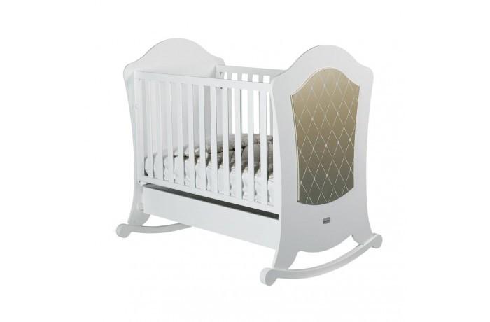 Детская кроватка Micuna Alexa Relax 120x60Alexa Relax 120x60Детская кроватка Micuna Alexa Relax 120x60 – это смелые дизайнерские решения, плавные изгибы линий и оригинальный декор.  Для изготовления кроваток для детей и новорождённых испанская компания Micuna использует только экологически чистые материалы – они надёжны, долговечны и абсолютно безопасны для малышей. В основе мебели – массив бука или сосны. Элементы выполняются из МДФ – современного аналога ДСП, более практичного, не содержащего фенол и эпоксидные смолы. Все покрытия, используемые при изготовлении кроваток, нетоксичные – водная основа краски, лаков и клея не создаёт вредных испарений и безвредна для окружающих.   Не секрет, что в первые месяцы серьёзный дискомфорт малышам доставляет срыгивание после грудного кормления, особенно в период болезни или простуженного состояния. В этих случаях педиатры советуют немного приподнимать матрас – это поможет предотвратить спазмы и улучшит дыхание ребёнка. Специально для этого компания Micuna разработала систему Relax, которая характеризуется своей удивительной простотой. Теперь Вы можете регулировать уровень наклона ложа легко и быстро, не снимая матрас и постельное бельё.   Преимущества Relax: облегчает дыхание малыша при простуде;  снижает накопление газов;   Особенности: материал: бук, МДФ;  система Relax – угол наклона матраса регулируется в двух положениях;  безопасное расстояние между ламелями 45-65 мм;  закрытые шурупы и болты;  используются нетоксичные краски на водной основе;  в комплект не входит ящик для кровати, его можно заказать дополнительно.   Для этой кроватки подойдут:  матрас: 117х59 см (в комплект не входит, можно заказать дополнительно);  постельные принадлежности: 120х60 см (в комплект не входят, можно заказать дополнительно<br>