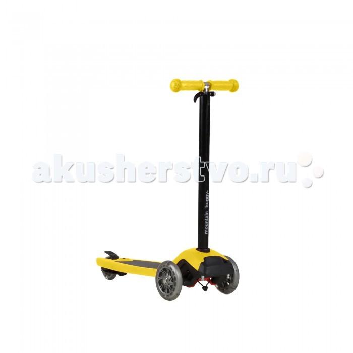 Трехколесный самокат Mountain Buggy подножка Freeriderподножка FreeriderMountain Buggy Самокат-подножка Freerider – это универсальный трехколесный самокат для детей до 5 лет с функцией подножки для коляски. Закрепите Фрирайдер на коляске в качестве подножки и гуляйте со 2-м ребенком, как с коляской для погодков или двойни. Используйте Фрирайдер как самокат, и ваши дети смогут по-настоящему насладиться прогулкой, катаясь на Фрирайдере, пока вы гуляете с младшим ребенком в коляске.  Ваш Фрирайдер всегда растер вместе с ребенком. Ручка самоката имеет регулировку от 68 до 90 см: три фиксированных положения, плюс промежуточные, позволяя ребенку кататься за коляской на подножке или рядом на самокате с 2 до 5 лет. Для дополнительной безопасности надежный эксцентрик фиксирует ручку на определенной высоте, а эргономичные резиновые ручки не позволят рукам ребенка соскользнуть с руля во время очередного маневра.  Большая площадка для ног размером 16 х 40 см имеет специальное антискользящее покрытие. Оно помогает ребенку сконцентрироваться на управлении самокатом, а не на том, как на нем удержаться. В результате, дети моментально осваиваются с управлением, а сами прогулки становятся более безопасными, т.к. снижается кол-во падений.  В колеса самоката встроена разноцветная подсветка. Она питается от энергии вращения колес. С одной стороны, дети в восторге от разноцветных мигающих огней, а с другой – Фрирайдер становится более заметным для окружающих в темное время суток.<br>