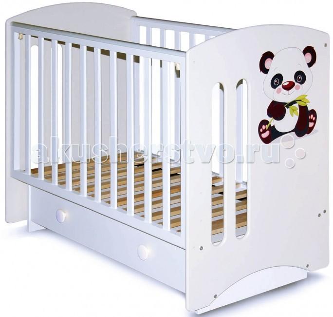 Детская кроватка Можгинский лесокомбинат Laluca Софи Кроха пандаLaluca Софи Кроха пандаДетская кроватка Можгинский лесокомбинат Laluca Софи Кроха панда поперечный маятник имеет симпатичный внешний вид и достаточно широкий функционал.   Особенности: Передняя стенка регулируется по высоте в трёх уровнях и снимается полностью, что оценят родители, которые предпочитают приставлять детскую кроватку на ночь к своей. Регулируется уровень высоты подматрасника в три положения позволяют с удобством использовать кроватку от самого рождения до 3-х лет. Снизу кроватки есть вместительный ящик для белья на телескопических направляющих. Максимально выдвигается и не выпадает! В комплектации есть колёса, на которые можно будет поставить кроватку без установки маятника. Передняя и задняя стенки (решётки) изготовлены из дерева (берёза), все остальные детали из МДФ. Покрытие на полиуретановой основе абсолютно безвредно для детей, что подтверждено сертификатами<br>