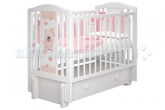 Детская кроватка Можгинский лесокомбинат Тедди-3 универсальный маятник МиланоТедди-3 универсальный маятник МиланоМожгинский лесокомбинат Детская кроватка Тедди-3 универсальный маятник Милано  Кроватка рассчитана для детей от рождения до 3 - 4 лет; Спальное ложе регулируется и имеет 3 уровня высоты; Передняя стенка имеет удобный запатентованный механизм опускания, которую в последствии можно снять целиком; Кроватка со снятым передним ограждением так же очень удобна как приставная кроватка, которую удобно ставить рядом с родительской кроватью; Прутики у кроватки сделаны круглыми, что физиологически правильно для маленькой детской ручки; Кроватка дополнена большим ящиком с бесшумным выкатным механизмом для хранения детских вещей или постельного белья; Детская кроватка оснащена универсальным маятником: вы можете качать кровать в одной горизонтальной плоскости вдоль длинной стенки, а так же качение маятника происходит вдоль короткой стенки (в зависимости от сборки кроватки); Все используемые при производстве кроватки лакокрасочные материалы не токсичны и безвредны для здоровья малыша; Кроватка изготовлена из массива березы.  Размеры: Размеры спального ложа: 120 х 60 см. Размер кроватки: 125 х 108 х 68 см.<br>