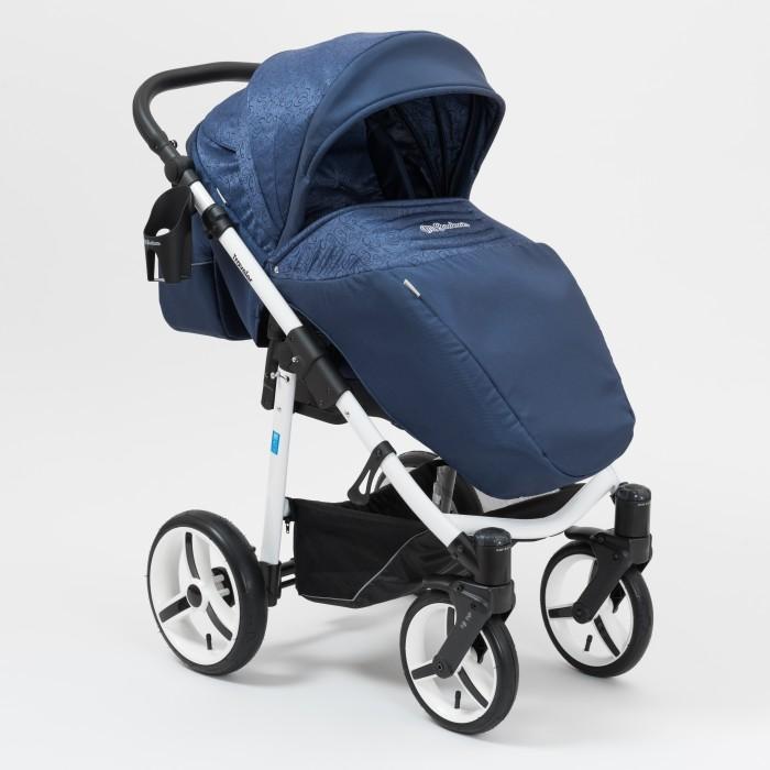 Прогулочная коляска Mr Sandman TravelerTravelerПрогулочная коляска Mr Sandman Traveler – всесезонная прогулочная коляска, предназначена для детей, которые научились самостоятельно сидеть. Данная модель имеет большие надувные колеса, что обеспечивает хорошую проходимость по бездорожью.  Преимуществом коляски является глубокий капюшон, который увеличивается при необходимости за счет молнии. Ткани, используемые в обивке коляски влагоотталкивающие и не пропускают ультрафиолетовых лучей.  Шасси: легкая алюминиевая рама имеется автоматическая блокировка, при раскладывании коляски (Click) ручка эргономичной формы, регулируется под рост родителей 4 надувных колеса, передние – поворотные, с возможностью фиксации (24 см); задние – оборудованы надежным тормозом (30 см) поворотные передние колеса оборудованы системами памяти DMS и амортизации SAS колеса можно накачивать любым велосипедным или автомобильным насосом (при давлении 0.5 атмосфер) имеется вместительная корзина для покупок и прочих предметов.  Прогулочный блок: имеет 2 направления – «лицом к маме», «лицом от мамы» на капюшоне имеется сетчатое окошко капюшон можно увеличить за счет молнии обивка коляски выполнена из ткани UV 50+, не пропускает ультрафиолетовые лучи и не выгорает на солнце материал обивки имеет влагоотталкивающую пропитку наклон спинки регулируется в 3-х положениях, включая горизонтальное положение (175 град.) регулируемая подножка оборудован съемным бампером имеет теплую накидку на ножки, которая плотно крепится к сиденью оснащен встроенными пятиточечными ремнями.  Размеры и вес: длина спального места с подножкой: 100 см ширина сиденья: 31 см высота спинки: 52 см глубина сиденья: 27 см длина подножки: 22 см Шасси в разложенном виде: 92х60х112 см (Д/Ш/В) Шасси в сложенном виде: 82х60х30 см (Д/Ш/В) Вес коляски 12 кг.<br>