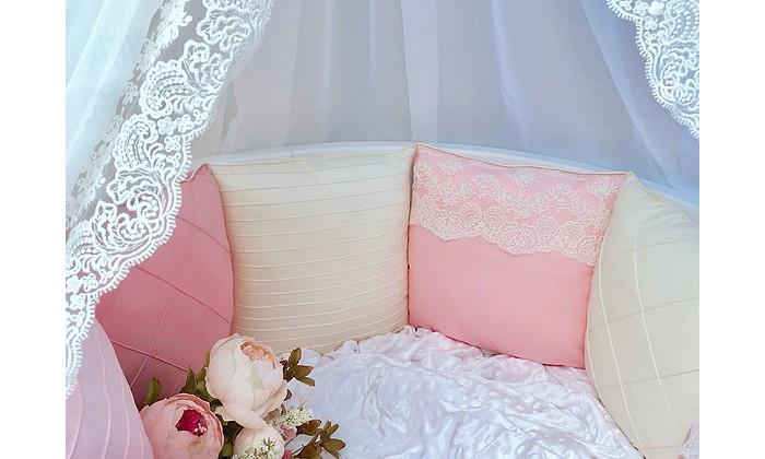 Бортик в кроватку Mummys Hugs Премиум СатинПремиум СатинБортик в кроватку Mummys Hugs Премиум Сатин для прямоугольной и круглой кроватки. Компания Mummys Hugs создает комплекты детского постельного белья ручной работы. Все комплекты выполнены из 100% хлопка высокого качества, наполнитель гипоаллергенный, одобренный для новорожденных - холлофайбер. Наполнитель не сминается и не деформируется при стирке. Комфорт и уют ребенка во время сна обеспечивают детские бортики в кроватку. Мягкая конструкция защищает малыша от ударов о деревянные планки, а также обеспечивает защиту от сквозняков  Бортики в кроватку состоят из 12 подушек размером около 30*30 см. Бортики предназначены для кроватки 120*60 см и прекрасно подходят для овальной кроватки 125*75 см. Каждая подушка украшена кружевом или декоративными строчками. Бортики и завязки выполнены из сатина премиум качества.<br>