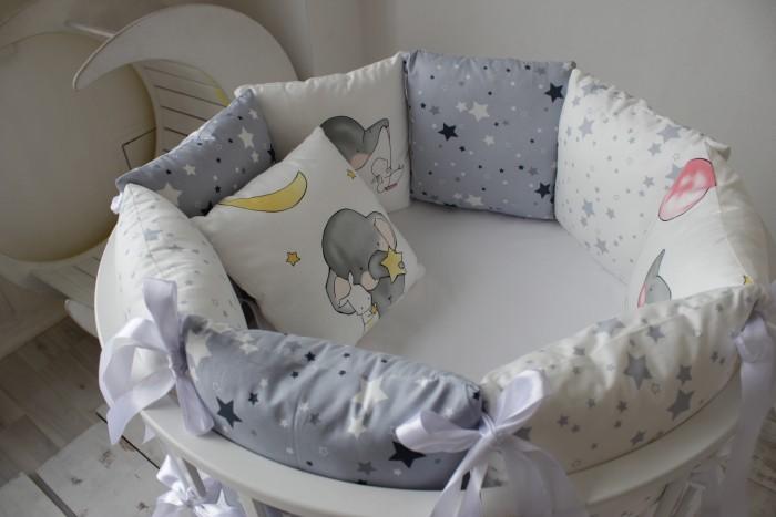 Комплект в кроватку Mummys Hugs Слоники и звезды (14 предметов)Комплекты в кроватку<br>Mummys Hugs Комплект Слоники и звезды (14 предметов) в прямоугольную кроватку 120х60 см и овальную 125х75 см - это комплект, выполненный в серых оттенках.   Комплект сделать из 100% хлопка (сатина), который при правильном уходе (инструкция прилагается) не теряет цвет, легко гладится. В каждом углу подушек - атласные завязки.  В качестве наполнителя для бортиков используется холлофайбер высшего сорта (эслон), который сохраняют форму даже после многократных стирок.   Комплектация: Бортики-подушки: 12 подушек размером 30х30 см со съемными чехлами Одеяло стеганное 100х120 см с мягким плюшем. Размер идеально подойдет для ребенка до 3х лет Простынь на резинке универсального размера Размер подушек и простыни подходит для прямоугольной кроватки 120х60 см и овальной (круглой) кроватки с размерами близкими к 125х75 (75х75) см.