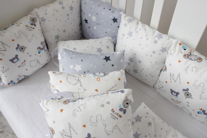 Комплект в кроватку Mummys Hugs Мишки и звезды (14 предметов)Комплекты в кроватку<br>Mummys Hugs Комплект в Мишки и звезды (14 предметов) прямоугольную кроватку 120х60 см и овальную 125х75 см - это комплект, выполненный в серых оттенках.   Комплект сделать из 100% хлопка (сатина), который при правильном уходе (инструкция прилагается) не теряет цвет, легко гладится. В каждом углу подушек - атласные завязки.  В качестве наполнителя для бортиков используется холлофайбер высшего сорта (эслон), который сохраняют форму даже после многократных стирок.   Комплектация: Бортики-подушки: 12 подушек размером 30х30 см со съемными чехлами Одеяло стеганное 100х120 см с мягким плюшем. Размер идеально подойдет для ребенка до 3х лет Простынь на резинке универсального размера Размер подушек и простыни подходит для прямоугольной кроватки 120х60 см и овальной (круглой) кроватки с размерами близкими к 125х75 (75х75) см.