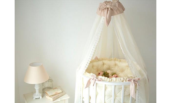Бортик в кроватку Mummys Hugs в круглую и овальную кроватку Нежность 125х75 смв круглую и овальную кроватку Нежность 125х75 смMummys Hugs Бортики в круглую и овальную кроватку Нежность 125х75 см нежный, роскошный комплект.  Особенности: 2 бортики длиной около 120 см для круглой кроватки 2 подушки длиной 50 см с вышивкой для трасформации кроватки в овальную. Пуговки обтянуты тканью в цвет комплекта, рюша и кант на подушках, красивая вышивка на маленьких подушках.<br>