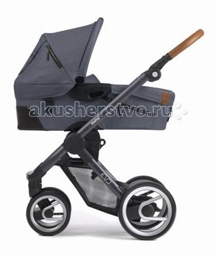 Коляска Mutsy Evo 2 в 1Evo 2 в 1Коляска Mutsy Evo 2 в 1 - это универсальная система для детей с рождения. Помимо легкой люльки и функционального прогулочного сидения, в комплект входит набор аксессуаров, которые необходимы мамочке на прогулке. Модель имеет относительно небольшой вес.  Данная модель отличается современным дизайном и качеством исполнения. Поставляется как с резиновыми, так и с пластиковыми колесами.   Прогулочное сиденье можно устанавливать в 2х направлениях, таким образом чтобы малыш мог видеть маму или познавать мир вокруг. Суставы сложения шасси усилены металлическими вставками.  Спальная люлька: быстро и легко снимается с шасси на капюшоне имеется окошко кармашки для различных мелочей ручка для переноски  Шасси и прогулочное сидение: кожаная ручка прогулочное сидение устанавливается в обе стороны коляска Mutsy Evo складывается с сидением и без сидения имеется специальная ручка для переноски коляски ручка имеет 4 положения подножка регулируется передние колеса поворотные размер капюшона прогулочного сидения регулируется застежкой-молнией суставы сложения усилены металлическими вставками<br>