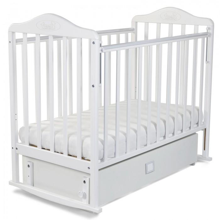 Детская кроватка Наша Мама Джулия с ящиком маятникДжулия с ящиком маятникДетская кроватка Наша Мама Джулия с ящиком маятник с максимально воздушным дизайном снабжена опускающейся боковиной, чтобы было удобно доставать ребенка из кроватки.  Дно кроватки реечное, свободно пропускает воздух к матрасу. Его можно установить в двух различных по высоте положениях. Ящик под ложем кроватки поможет всегда иметь под рукой всё необходимое. Имеется защитная накладка из ПВХ. Модель с поперечным маятниковым механизмом поможет укачать малыша, а если такой необходимости нет, то маятник можно зафиксировать стопором.   Все кроватки «Наша мама»  изготавливаются из натуральной березы. Эта порода идеально подходит для детской мебели. Благодаря гибкости и твердости, изделия из березы не подвержены изломам, вмятинам, что исключает травмирования ребенка и гарантирует достойный внешний вид кроватки в течение длительного времени.<br>