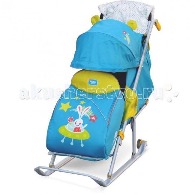 Санки-коляска Ника Детям 5Детям 5Санки-коляска Ника Детям 5 предназначены для перевозки детей в положении сидя и лежа.  Чехол выполнен из влагонепроницаемого износоустойчивого полиэстера.  Прочный и легкий металлический каркас, легко складывается.  Широкие полозья обеспечивают легкое скольжение по снегу.  Характеристики: плоские полозья 40 мм пятиточечный ремень безопасности складной трехсекционный козырек высокий с декоративными ушками плавная регулировка спинки до положения лежа чехол для ног с 2-мя молниями для удобного открывания с двух сторон подножка с регулируемым наклоном ног, позволяющая ребенку в положении лежа комфортно вытягивать ножки светоотражающий кант колесо для удобной транспортировки удобная двойная ручка широкое посадочное место смотровое окошко для наблюдения за ребенком сумка для мамы муфта для рук с мехом<br>