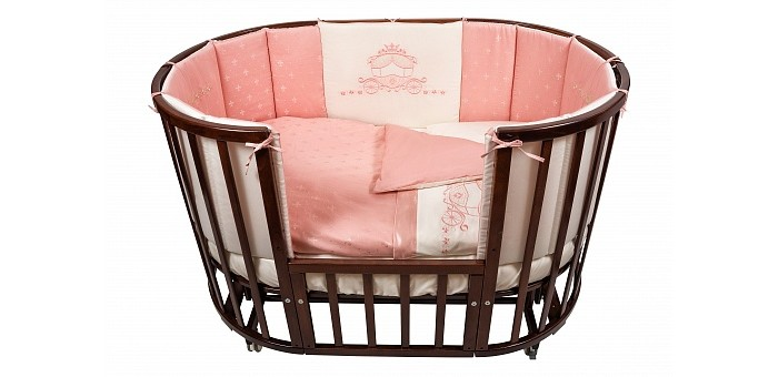 Комплект в кроватку Nuovita  Prestigio Atlante (6 предметов)Prestigio Atlante (6 предметов)Комплект в кроватку Nuovita Prestigio Atlante (6 предметов) для маленьких принцесс: фактурная ткань с интересным рисунком и роскошная вышивка в виде изящной кареты на бортах и пододеяльнике дают понять, что в кроватке сладко спит очень важная персона.   В состав комплекта, помимо традиционных пододеяльника, наволочки и простыни на резинке, входят защитные бортики, одеяло и подушка. Мало того, что такой набор позволяет родителям купить все нужные малышу постельные принадлежности сразу, так он еще и избавляет от необходимости подбирать подходящие размеры постельного белья.   Помимо безусловной практичности, комплект радует качеством пошива, натуральными материалами в составе, а также прекрасными эксплуатационными свойствами: износостойкостью, прочностью, устойчивостью к стиркам и воздействию солнечного света.  В комплекте: бампер наволочка одеяло пододеяльник подушка простынь на резинке<br>