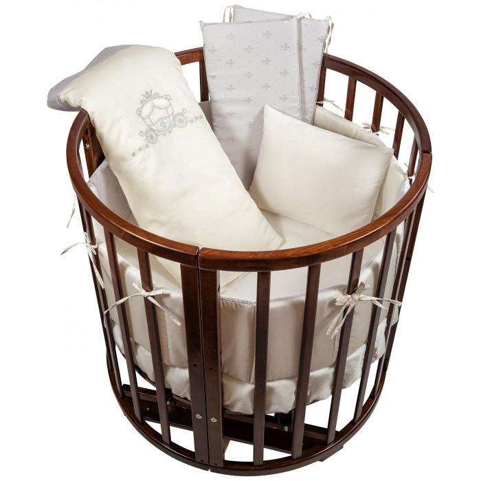 Комплект в кроватку Nuovita  Prestigio в колыбель (6 предметов)Prestigio в колыбель (6 предметов)Комплект постельного белья Nuovita Prestigio   Поистине королевский комплект постельного белья для маленьких принцев и принцесс: фактурная ткань с интересным рисунком и роскошная вышивка в виде изящной кареты на бортах и пододеяльнике дают понять, что в кроватке сладко спит очень важная персона.  Комплект, действительно, достоин восхищения. В его состав, помимо традиционных пододеяльника, наволочки и простыни на резинке, входят защитные бортики, одеяло и подушка. Мало того, что такой набор позволяет родителям купить все нужные малышу постельные принадлежности сразу, так он еще и избавляет от необходимости подбирать подходящие размеры постельного белья. Помимо безусловной практичности, комплект радует качеством пошива, натуральными материалами в составе, а также прекрасными эксплуатационными свойствами: износостойкостью, прочностью, устойчивостью к стиркам и воздействию солнечного света.  Комплектации:  бампер-бортик из 4-х частей: 340х22 см  одеяло (наполнитель бамбук 100%): 80х80 см подушка (наполнитель бамбук 100%): 40х30 см пододеяльник: 80х80 см наволочка: 40х30 см простыня на резинке: 110x110 см  Размер спального места (ДхШ): 76х76 см Материал: Сатин - 100% хлопок<br>