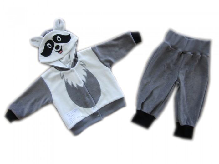 Осьминожка Костюм Енот В мире животныхКостюм Енот В мире животныхКостюм: кофточка и брюки для малышей Енот выполнен в серо-белой цветовой гамме и имитирует внешний вид енотика, который поднимет настроение не только вам, но и малышу.   Такая одежда станет отличным и просто незаменимым элементом гардероба, который подарит вашему малышу тепло и уют. Кофточка имеет удобные застежки-кнопки по всей длине, что облегчит переодевание малыша. Штанишки на широкой резинке.  Капюшон имеет ушки, на передней его части он украшен изображением мордочки. На животике изделие напоминает тельце животного.   Костюм для детей выполнен из абсолютно качественного материала, который не вызывает аллергических реакций и раздражений на коже вашего малыша.   Верхняя часть изделия изготовлена из качественного велюра, который приятен коже, а подкладка сделана из интерлока.  Материал: высококачетсвенный велюр (состав: 80% хлопок, 20% п/э), кофта на подкладке из интрелока (состав: 100% хлопок)  Уход: Ручная стирка при 30 гр.<br>