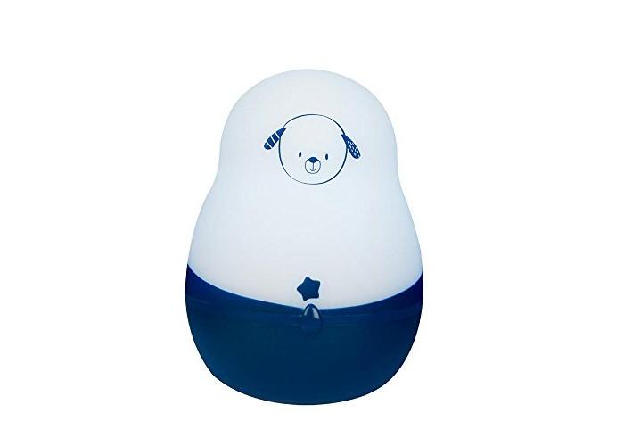Pabobo Ночничок Супер путешественникНочничок Супер путешественникЗамечательный портативный ночной светильник Супер путешественник от французского бренда Pabobo, которого можно перемещать куда угодно!  Этот ночничок является наиболее практичным и «умным» на сегодняшний день! Компания Pababo выпустила новую версию этого светильника, добавив ему при этом возможность более длительной автономной работы и более универсальную систему зарядки.   Светильник сохранил превосходные качества его предшественника – практичность, лёгкость, приятный и успокаивающий внешний вид, эргономичная форма, специально разработанная для маленьких ручек ребенка, а также были добавлены дополнительные новые характеристики. Этот ночник приспосабливается к любой степени освещённости комнаты: у него есть два различных уровня интенсивности освещения, а также индикатор уровня заряда, который включается в нужный момент.  Вы также можете зарядить светильник в любом месте с помощью универсальной системы зарядки через USB. Ночничок Cупер путешественник работает, освещая комнату в течение 200 часов после однократной зарядки.  Поскольку светильник автоматически приспосабливается к уровню освещённости комнаты, Вам не придётся самому включать или выключать его, он всё делает сам!<br>