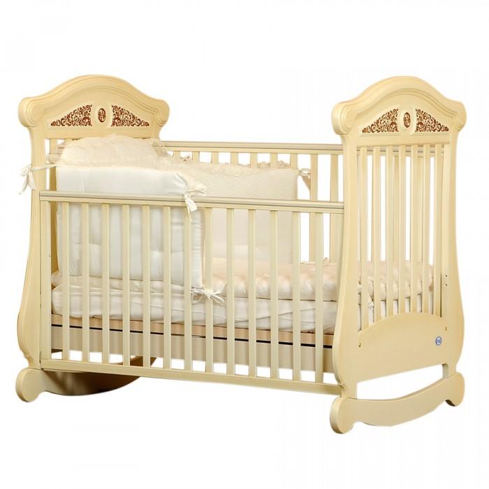 Детская кроватка Pali Fiorentino FioreДетские кроватки<br>Детская кроватка Pali Fiorentino Fiore  Pali Fiorentino Fiore характеризуют классический стиль, отсутствие углов и плавность очертаний. Изготовлена из древесины бука, покрыта красками из натуральных компонентов и нетоксичными лаками. Имеет внутренний размер 125х65 см. и подходит для детей от 0 до 5 лет. Кроватка оборудована запатентованным механизмом опускания боковин, который позволяет бесшумно одной рукой опускать и поднимать обе боковины. При этом исключена возможность ребенку самому это сделать. На верхней части боковин установлены силиконовые накладки для зубов.  Характеристики: изготовлена из выдержанного бука лаки и краски, используемые для декорирования нетоксичны, гипоаллергенны предназначена для детей от 0 до 5-ти лет соответствует самым жестким европейским стандартам классический стиль, отсутствие углов и плавность очертаний. На верхней части торцовых спинок украшение резьбой имеет высокие безопасные спинки и боковины оборудована запатентованым механизмом опускания боковин, который позволяет бесшумно одной рукой опускать и поднимать обе боковины. При этом исключена возможность ребенку самому это сделать на верхней части боковин установлены силиконовые накладки для зубов безопасное расстояние между ламелями (планочками бортиков) 45-65 мм - конечности и голова ребенка не застрянут в промежутках  подматрасник кровати выполнен в виде ортопедической сетки из неокрашенного бука и устанавливается в двух положениях по высоте. Верхний уровень - на расстоянии 48 см. от поднятой боковины, нижний - 64 см кроватка имеет качалку в форме дуги, которая фиксируется колесами. Колеса покрыты резиновыми накладками, два колеса оборудованы блокирующим тормозом  выдвижной ящик, выполненный из ламинированных панелей  Размеры внутренние (для матраса) (дxш)  125х65 см