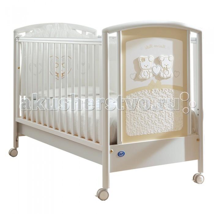 Детская кроватка Pali Smart Maison BebeSmart Maison BebeДетская кроватка Pali Smart Maison Bebe  Необычайно нежная кроватка Smart Maison Bebe от итальянского производителя компании Pali наполнит комнату малыша светом благодаря своему элегантному, романтичному дизайну.  Простота основных линий оттеняется роскошным дополнением - шикарно отделанной торцевой панелью, украшенной деревянными аппликациями и изысканной росписью. Два мишки, держащие сердечко, расположены в верхней части, нижняя же вся покрыта белыми завитушками на кремовом фоне, что желает ее похожей на тончайшее кружево.  Кроватка хороша как с эстетической, так и с практической точки зрения: экологически чистые материалы (натуральная древесина бука, безопасные лаки, краски и клей) абсолютно безопасны даже для новорожденных, а отличное качество сборки позволит ей прослужить долгие годы. Все части отполированы, все ребра деталей скруглены, а на вертикальных поверхностях боковых стенок закреплены силиконовые накладки - лучший способ уберечь как кроватку, так и нежные десны малыша во время прорезывания зубок.  Реечное днище имеет два уровня высоты (верхнее - для новорожденного, нижнее - для более старшего малыша, умеющего садиться и начинающего вставать), а съемные боковые стенки кроватки с легкостью опускаются на 20-25 см, чтобы облегчить маме доступ в кроватку. Расстояние между вертикальными рейками составляет 6 см - ручка или ножка ребенка не застрянут между ними во время игры или сна. Ножки кроватки оканчиваются колесиками с блокираторами, которые позволяют без труда передвигать ее с места на места, не прибегая к чьей-либо помощи.  Особенности: Спинки сплошные/реечные Стенки реечные Днище реечное Передняя стенка опускающаяся, съемная<br>